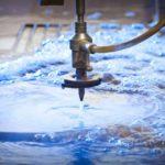 Làm thế nào nước có thể cắt qua thép? Phép thuật cắt bằng tia nước
